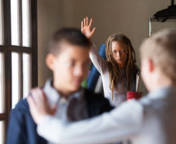 Profesor que intenta parar una lucha en escuela Fotografía de archivo