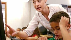 Profesor que muestra a estudiante una cierta información almacen de video