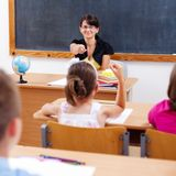 Profesor que señala en la colegiala Fotos de archivo