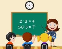 Profesor que señala en la pizarra y que mira alumnos en sala de clase stock de ilustración
