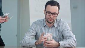 Profesor que toma el dinero y que cuenta billetes de dólar Imágenes de archivo libres de regalías