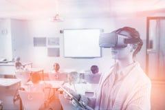 Profesor que usa los vidrios 3D Fotos de archivo