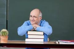 Profesor Relaksuje Na Brogować książkach Przy biurkiem fotografia stock