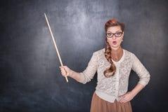 Profesor sorprendido con el indicador Imagen de archivo libre de regalías