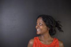 Profesor surafricano o afroamericano de la mujer en fondo negro Imagen de archivo libre de regalías