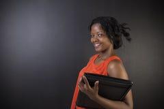 Profesor surafricano o afroamericano o estudiante de la mujer con la libreta Imagen de archivo
