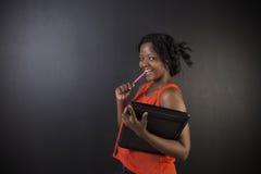 Profesor surafricano o afroamericano o estudiante de la mujer con la libreta y la pluma Imagenes de archivo
