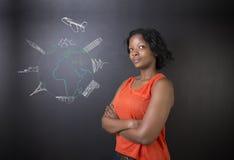 Profesor surafricano o afroamericano o estudiante de la mujer con World Travel del globo y del jet de la tiza Fotografía de archivo