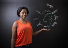 Profesor surafricano o afroamericano o estudiante de la mujer con World Travel del globo y del jet de la tiza Imagen de archivo