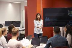Profesor Talking To Students en clase de la universidad Foto de archivo