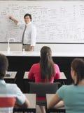 Profesor Teaching To Students en clase Imagenes de archivo