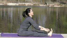 Profesor Trains His Body de la yoga Estira las piernas almacen de video