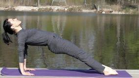 Profesor Trains His Body de la yoga Estira las piernas metrajes