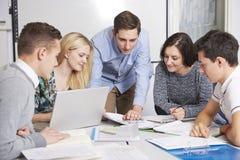 Profesor Working In Classroom con los estudiantes Imagen de archivo