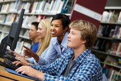 profesor y alumnos que trabajan en los ordenadores imagenes de archivo