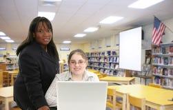 Profesor y estudiante en biblioteca Imagen de archivo