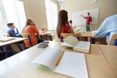 Profesor y estudiante en el tablero blanco en escuela Fotos de archivo libres de regalías