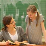 Profesor y estudiante en la educación en el schoo Imagenes de archivo