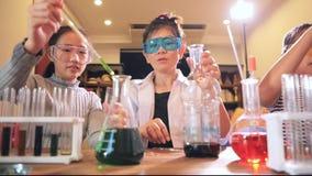 Profesor y estudiante en laboratorio de ciencia de la escuela almacen de video