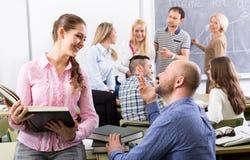 Profesor y estudiantes adultos felices Fotografía de archivo