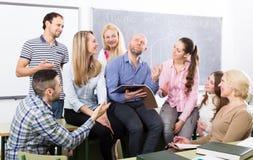 Profesor y estudiantes adultos felices Foto de archivo