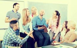 Profesor y estudiantes adultos felices Foto de archivo libre de regalías