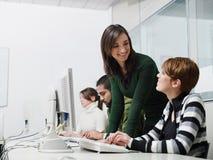 Profesor y estudiantes en clase del ordenador Foto de archivo libre de regalías