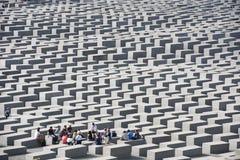Profesor y estudiantes en el monumento Berlín del holocausto Imagen de archivo