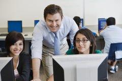 Profesor y estudiantes en laboratorio del ordenador Fotos de archivo