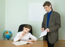 Profesor y muchacha con la tablilla Foto de archivo libre de regalías