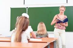 Profesor y pupilas en sala de clase Foto de archivo libre de regalías