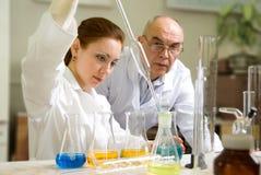 Profesor y su ayudante en el laboratorio Imágenes de archivo libres de regalías