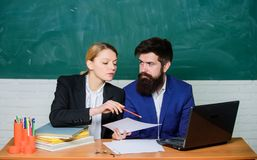 Profesor y supervisor que trabajan en sala de clase de la escuela Educador de la escuela con el ordenador portátil y el principal imágenes de archivo libres de regalías