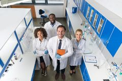 Profesor Z mieszanki Biegową grupą naukowowie W Nowożytnym Laboranckim Odgórnego kąta widoku Uśmiechnięta drużyna lekarki W Lab obrazy royalty free