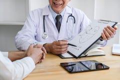 Profesora Doktorski konsultować z pacjentem dyskutuje coś i poleca traktowanie metody, Przedstawia wynika na raporcie, obrazy stock