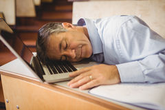 Profesora dosypianie na jego laptopie przy biurkiem fotografia stock