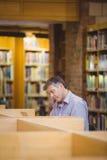 Profesora obsiadanie na biurku używać jego laptop zdjęcia royalty free