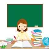 Profesores de la mujer que comprueban la preparación en la tabla Imagen de archivo