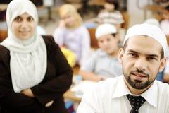 Profesores de sexo masculino y de sexo femenino musulmanes en sala de clase Foto de archivo libre de regalías