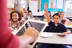 Professeur à l'aide de la tablette dans la leçon d'école primaire photo stock