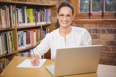 Professeur à l'aide de son ordinateur portable pour le travail photographie stock libre de droits
