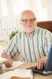 Professeur aîné travaillant dans son étude Images libres de droits