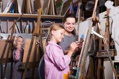 Professeur aidant les étudiants adolescents image stock