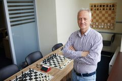 Professeur au club d'échecs images stock