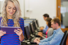 Professeur avec des étudiants à l'aide des ordinateurs dans la salle des ordinateurs Photographie stock libre de droits