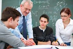 Professeur avec des étudiants de lycée Images stock