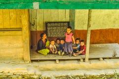 Professeur avec des enfants au Népal Photos libres de droits
