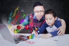 Professeur avec l'étudiant et l'ordinateur portable images libres de droits