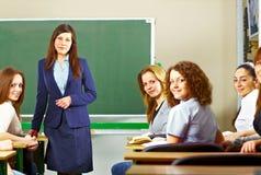 Professeur avec le sourire d'étudiants Image libre de droits