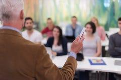 Professeur avec un groupe d'étudiants dans la salle de classe Photos libres de droits
